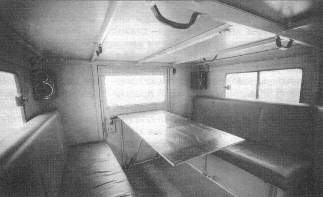 Откидной столик легко позволяет превратить салон в кают-компанию