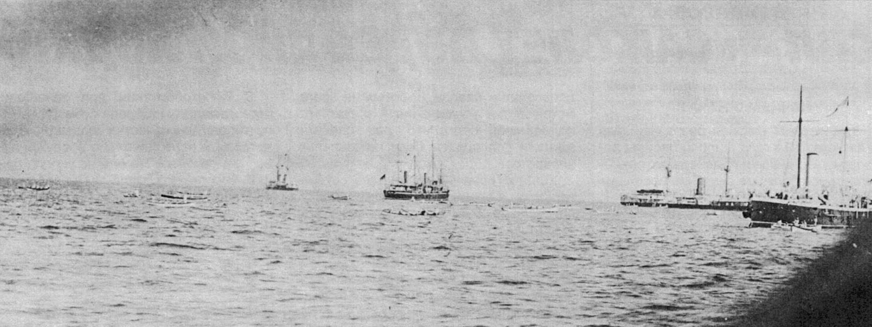 Корабли британской Средиземноморской эскадры поднимают с поверхности воды оставшихся в живых членов экипажа «Виктории»