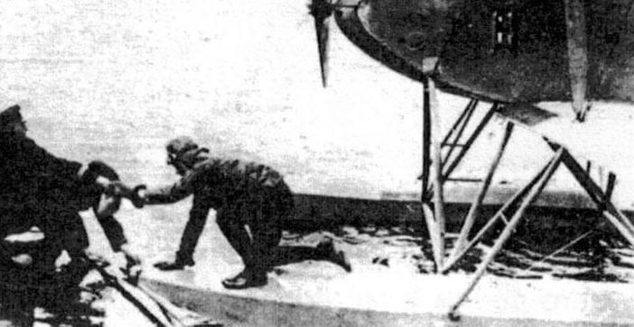 Боевое содружество: гидросамолет Friedrichshafen FF.33 у борта находящейся в море подводной лодки