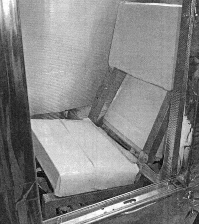 Спинка сиденья состоит из двух листов пенопласта. Сложив ее, увеличиваем высоту посадки, чтобы обеспечить водителю обзор поверх лобового стекла при открытом «фонаре»
