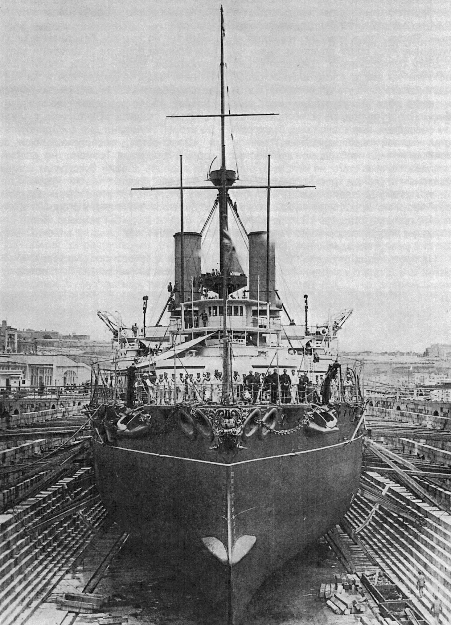 Броненосец «Виктория» незадолго до вывода из дока после завершения ремонта в мае 1892 года
