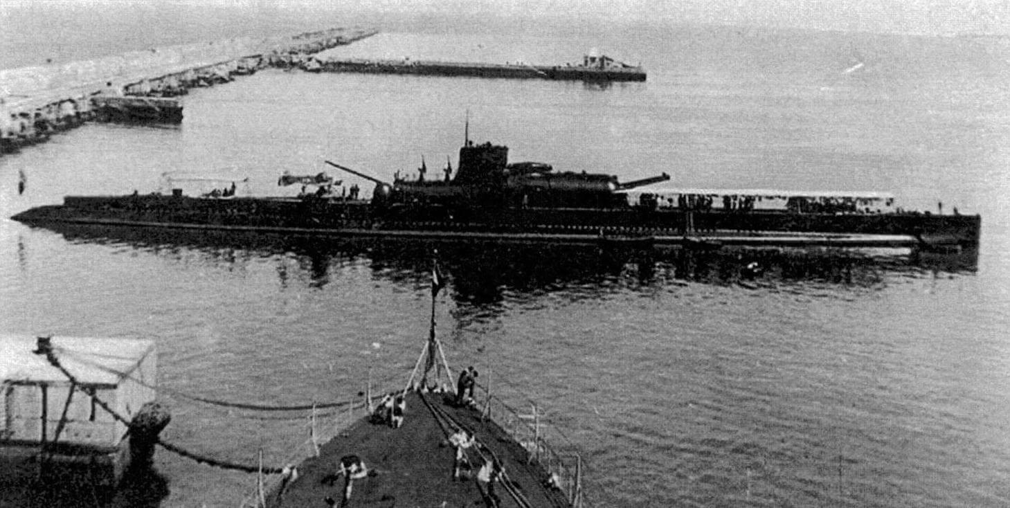 Самая большая субмарина межвоенного периода, французский подводный крейсер «Сюркуф». На палубе стоит собранный бортовой гидросамолет МВ.411