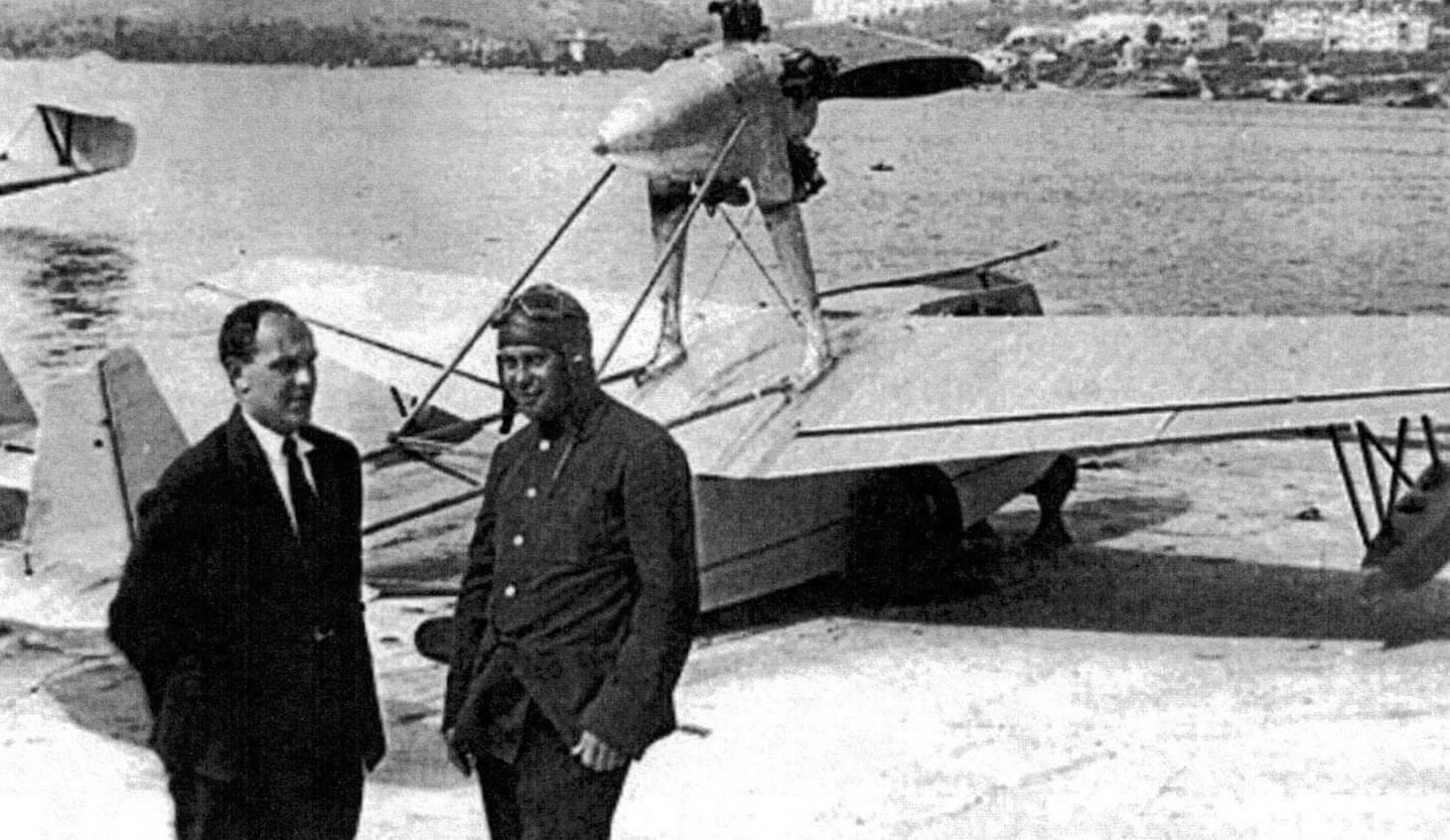 Конструктор И.В. Четвериков и летчик-испытатель А.В. Кржижевский около летающей лодки СПЛ