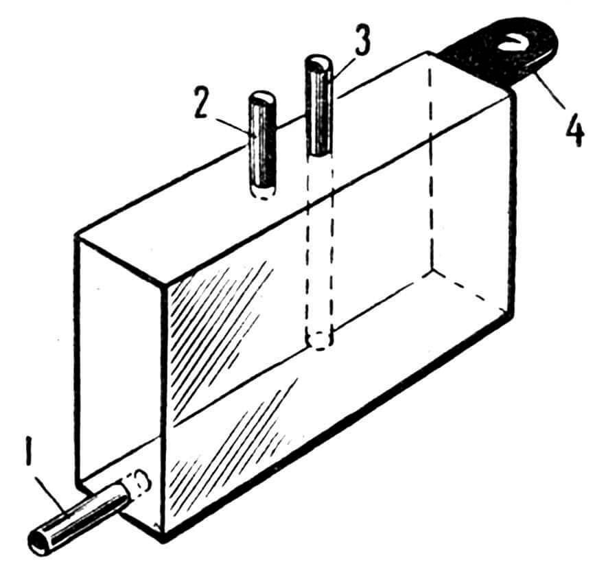 Рис. 7. Топливный бак: 1 — трубка подачи топлива к двигателю; 2 — трубка для выхода воздуха из бака при заправке; 3 — трубка для заправки топлива; 4 — ушко для крепления бака.