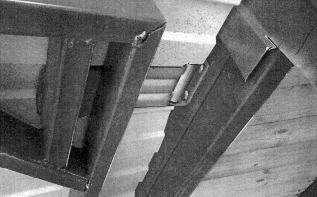 Сверху использованы мощные и качест-венные петли от «будки» грузовика