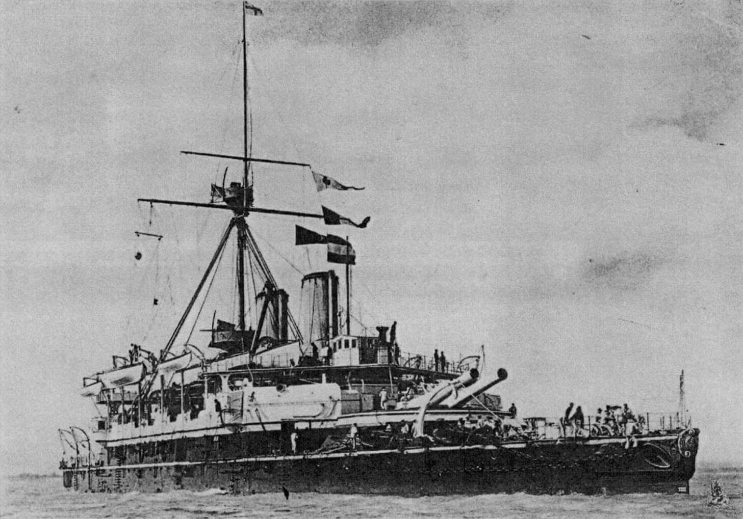 Броненосец «Кампердаун», протаранивший флагман вице-адмирала Трайона. Нос корабля украшает фигура в виде бюста британского адмирала Адама Дункана, первого виконта Кампердаун, в честь которого и был назван броненосец. Это богатое украшение, отвалившись в результате столкновения, затонуло вместе с «Викторией» 22 июня 1893 года