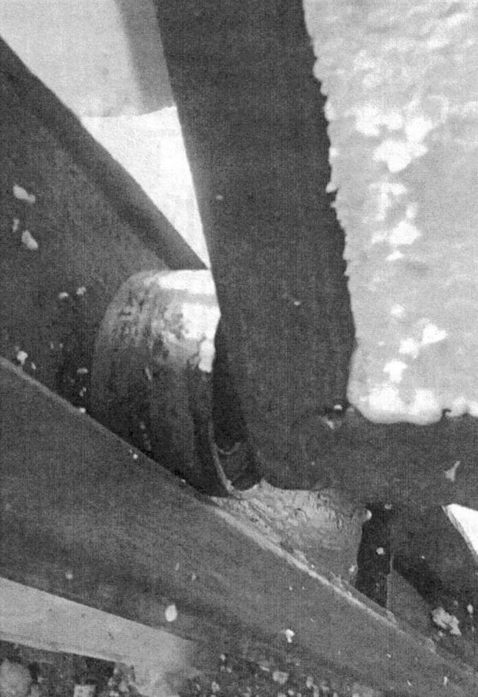 Ролики позаимствованы от автомобиля. Внизу видна пластина фиксации ворот в закрытом положении