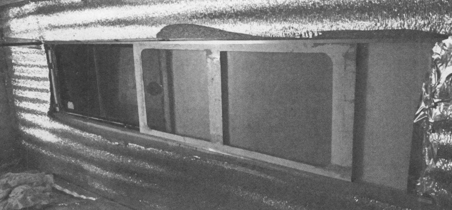 «Фишка» прицепа - москитные сетки, убирающиеся внутрь стен: 1 - пеноплэкс; 2 - внутренняя обшивка; 3 - рамка с москитной сеткой; 4 - каркас; 5 - окно