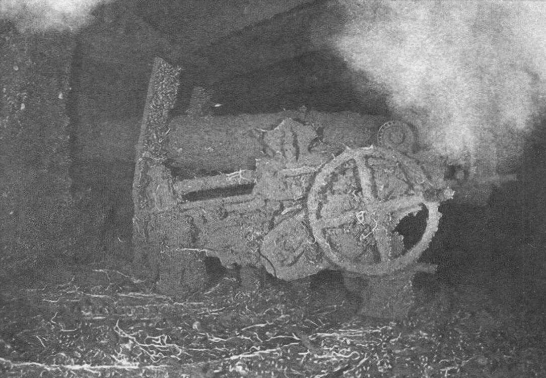 Компьютерная реконструкция момента обнаружения «Виктории» в 2005 году и фото одного из орудий броненосца