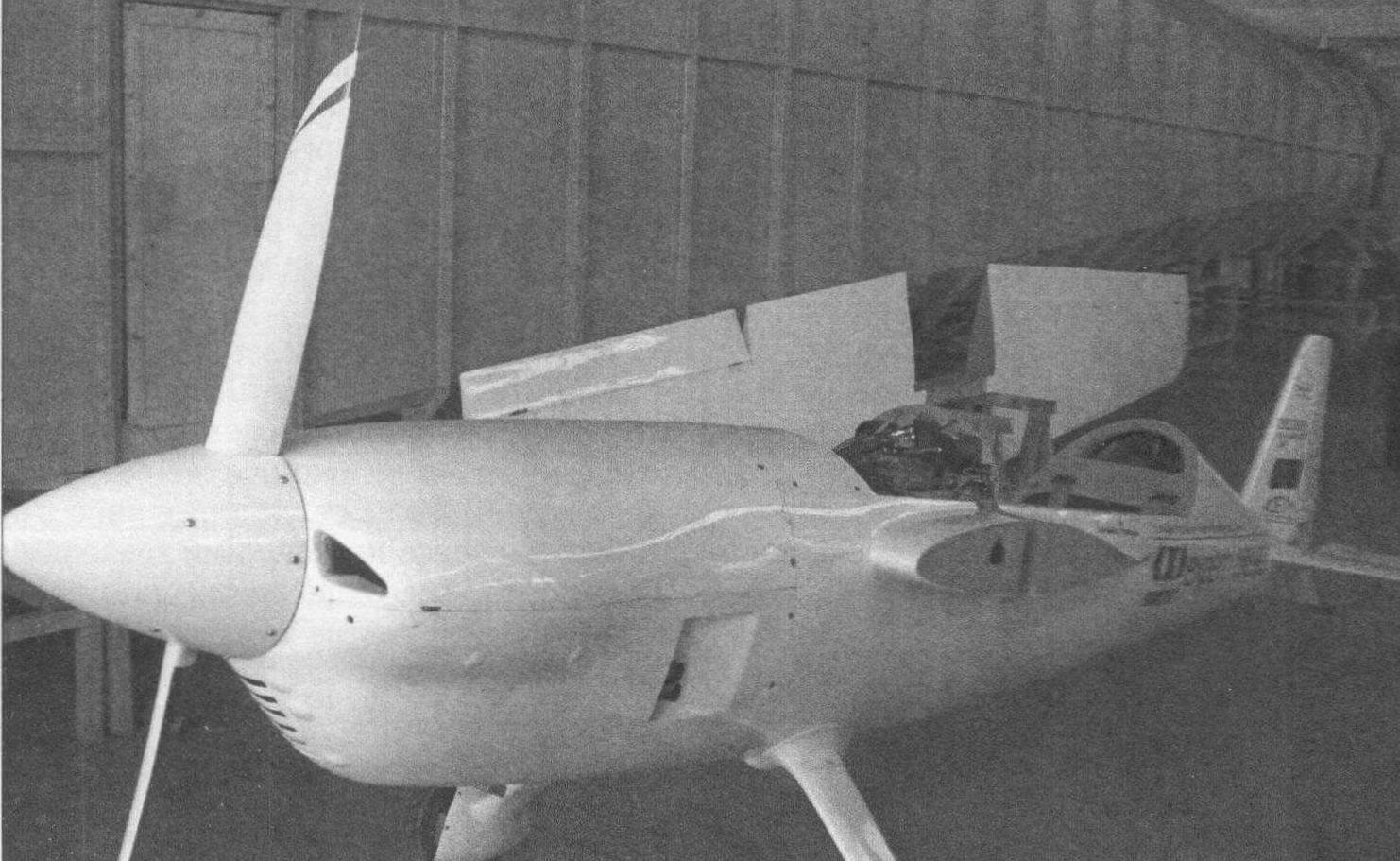 На этом самолете DR 107, созданном студентами университета Белу Оризонти, пилот Гунар Хальбот в 2010 г. завоевал четыре мировых рекорда скорости в категории поршневых самолетов со взлетной массой менее 300 кг. Самолет хранится в здании учебной аэродинамической трубы университета