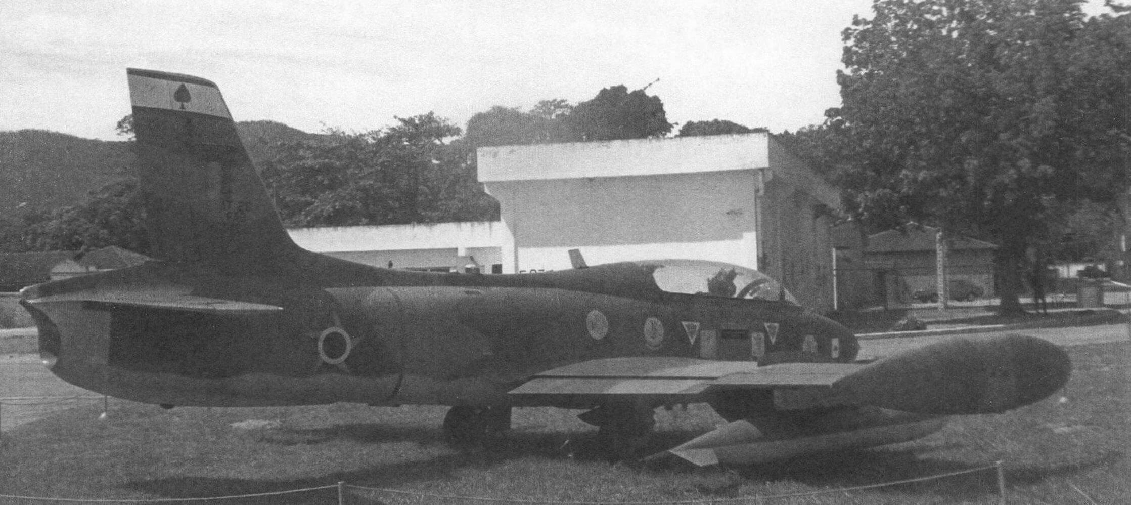 Экспозицию открывает штурмовик АТ-26 «Ксаванте» - МВ.326, строившийся компанией EMBRAER по лицензии. За ним КПП, через который попадаешь на территорию части и в музей