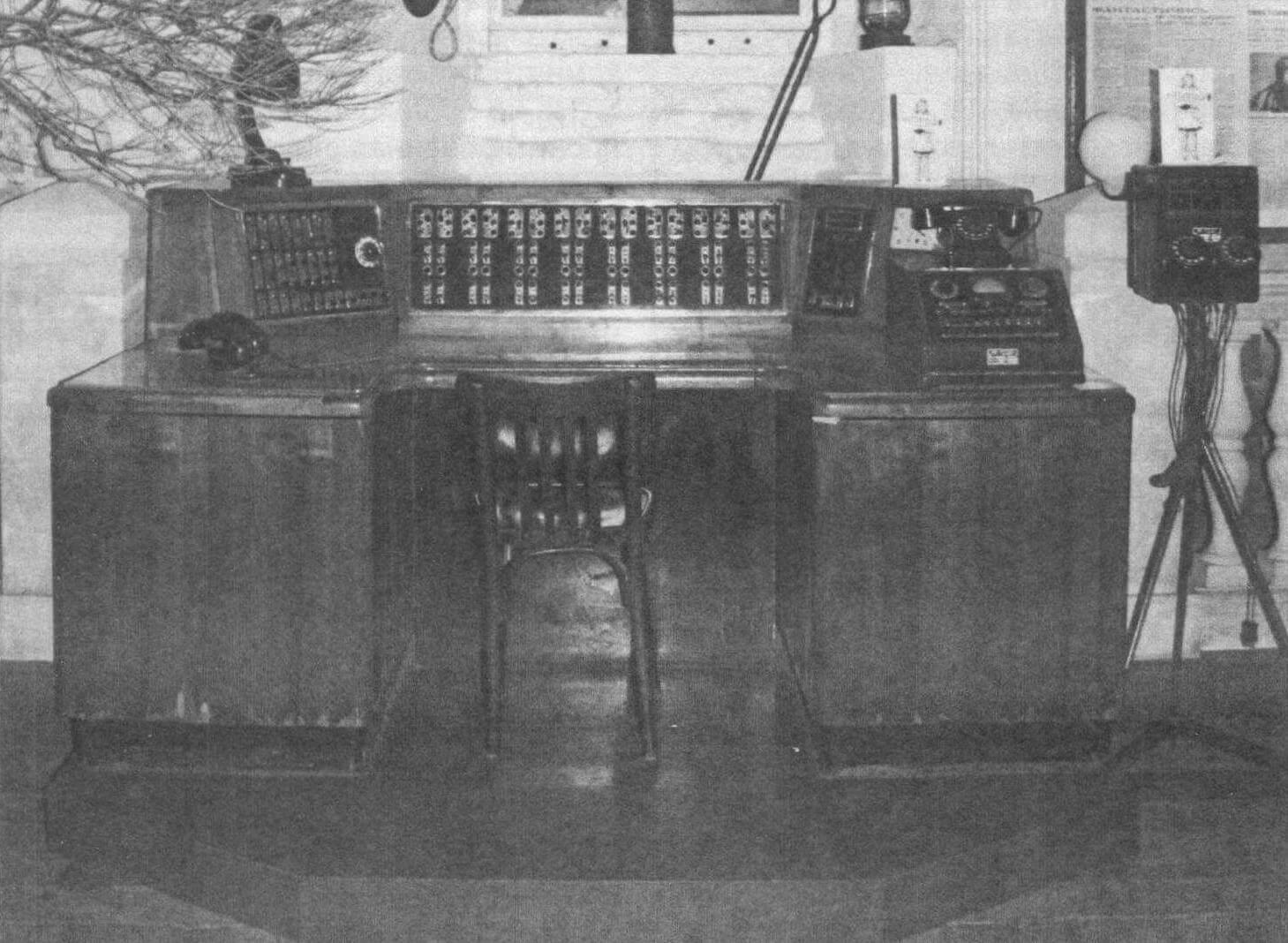 Один из самых ценных экспонатов музея - подлинный центральный пульт управления наружным освещением первой половины прошлого века