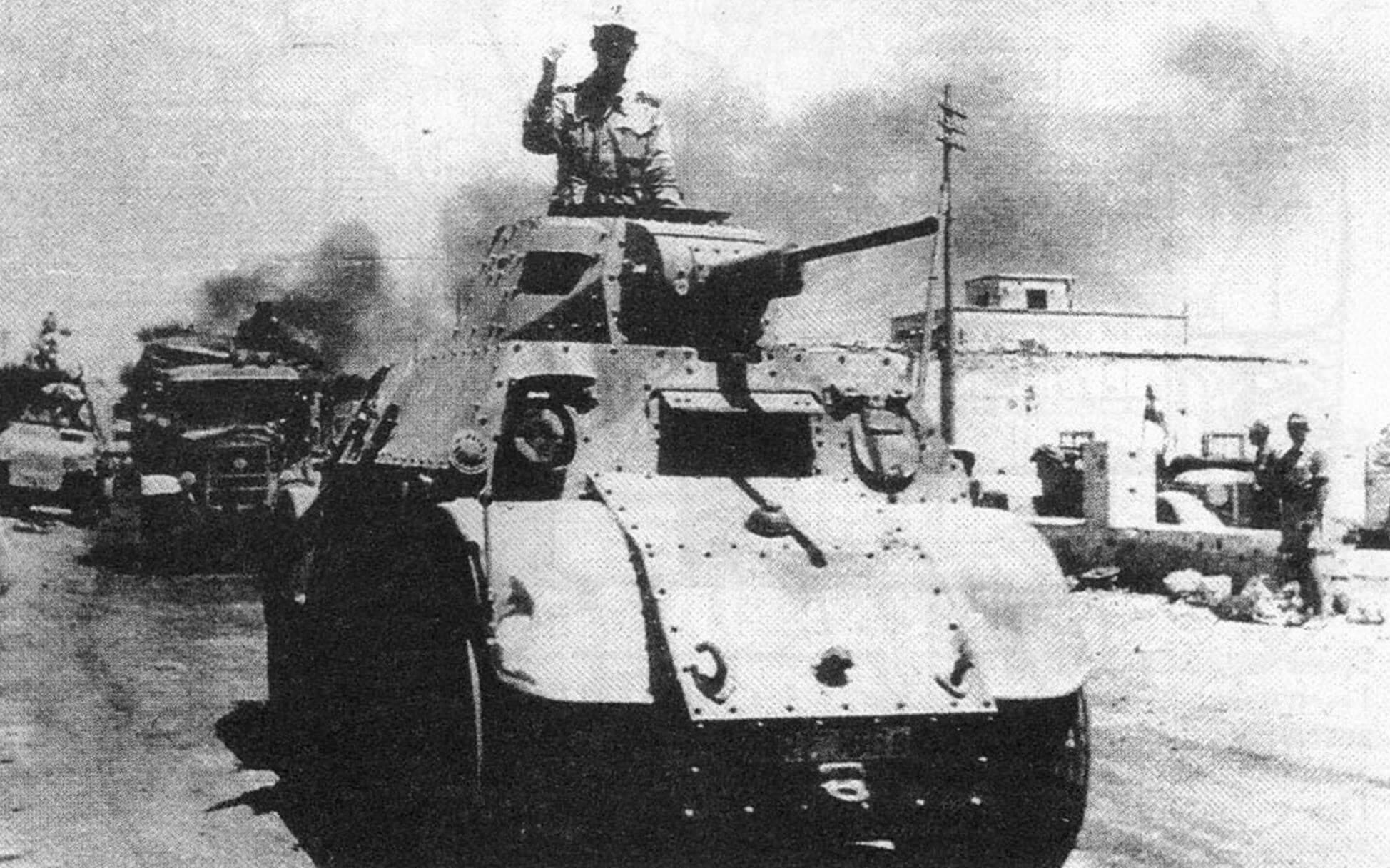 Колонна бронеавтомобилей АВ 41 на марше. Северная Африка, 1942 г.