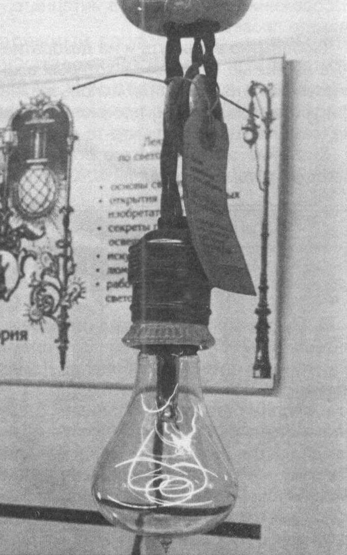 Такая же лампа горит в пожарной части города Ливермор (США) уже более века