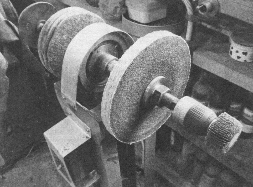 В правый патрон установлен лепестковый шлифовальный диск...