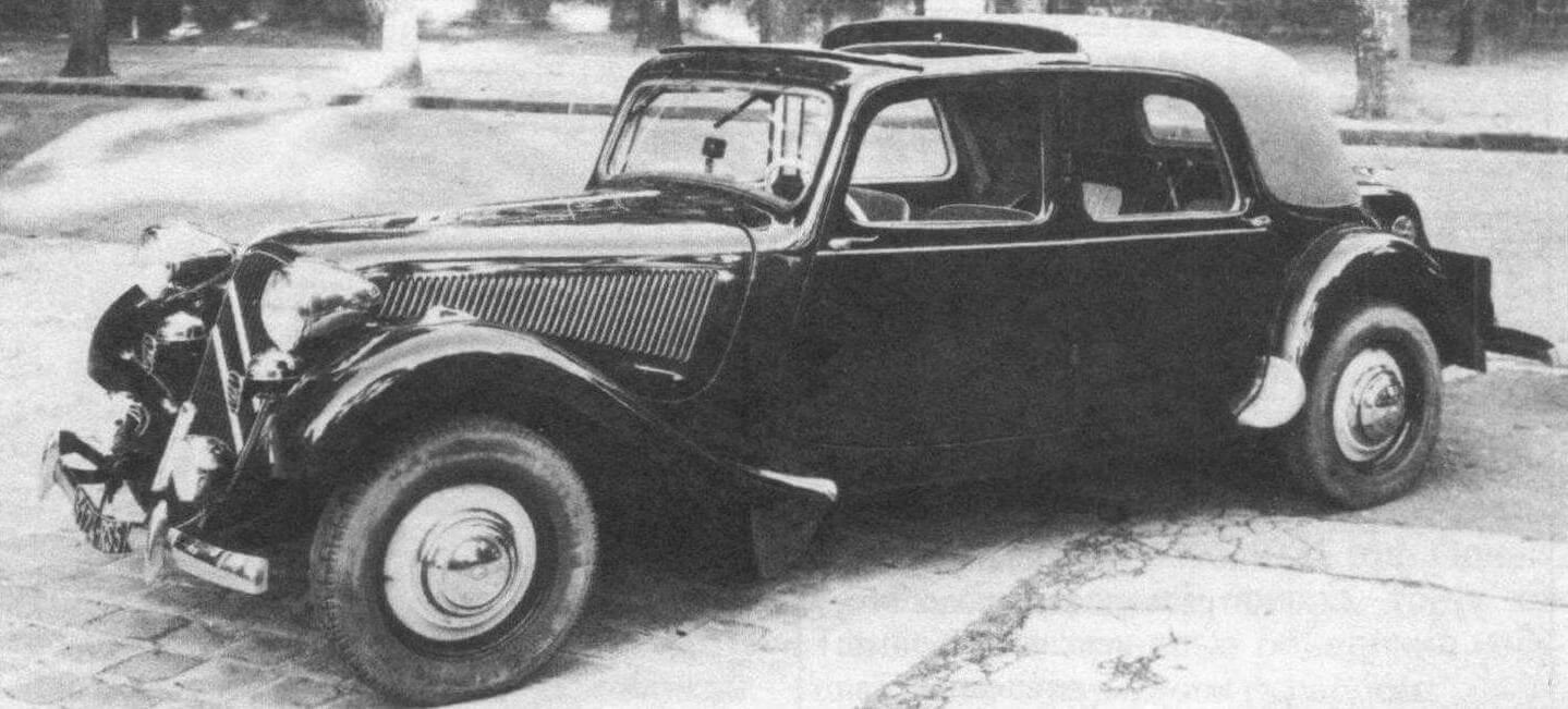 «11 В» - полукабриолет Mylord, 1949 года выпуска. Еще до войны Traction Avant заинтересовала кузовщиков. Эта версия с убирающейся передней секцией крыши изготовлена АЕАТ в Нейи