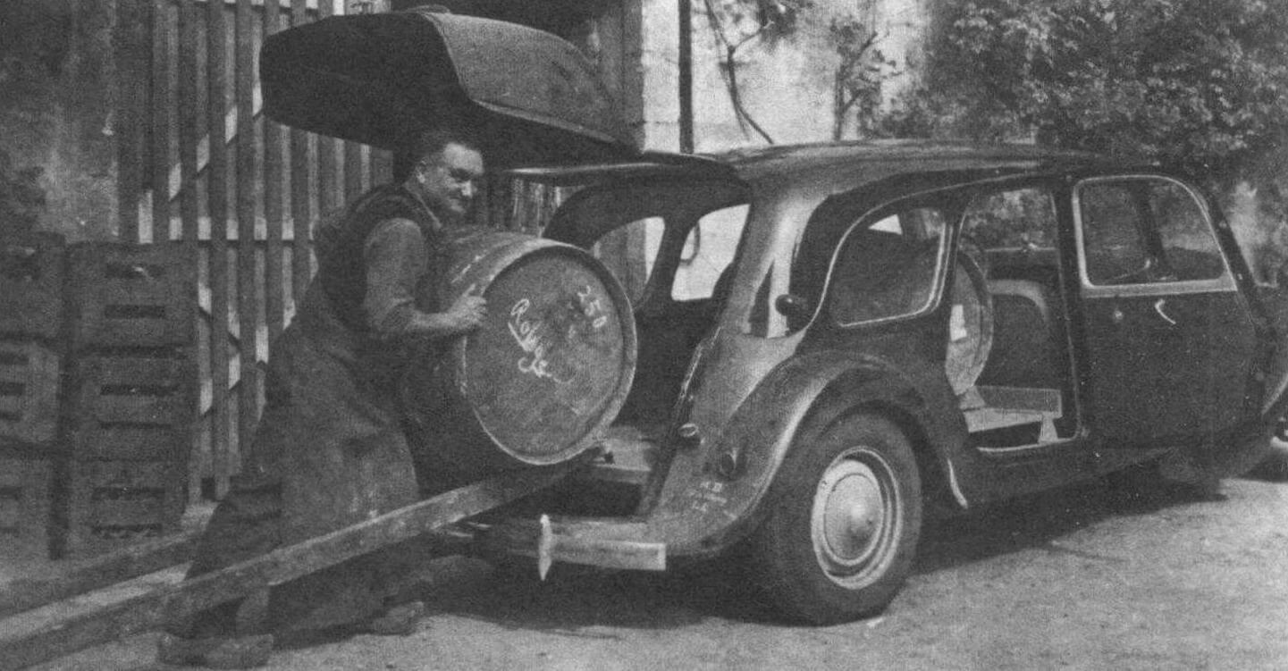 Выпуск версии «11 С» (коммерческий) был начат осенью 1938 года. После остановки в 1942 году, производство возобновилось с марта 1954 года