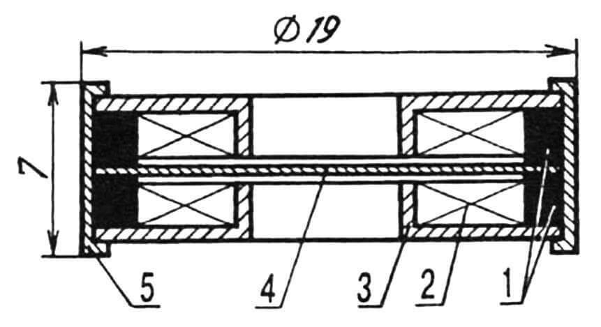 Схематичное устройство ДЭМШ-1: 1 — магниты кольцевые; 2 — обмотка; 3 — фланцы с полыми полюсными наконечниками; 4 — мембрана; 5 — корпус завальцованный.