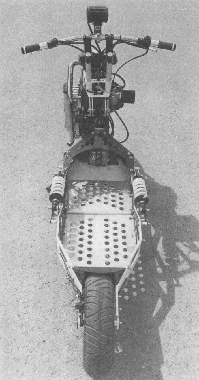 Хорошо видно, что переднее колесо больше заднего, а практически весь мотосамокат собран на болтовых соединениях