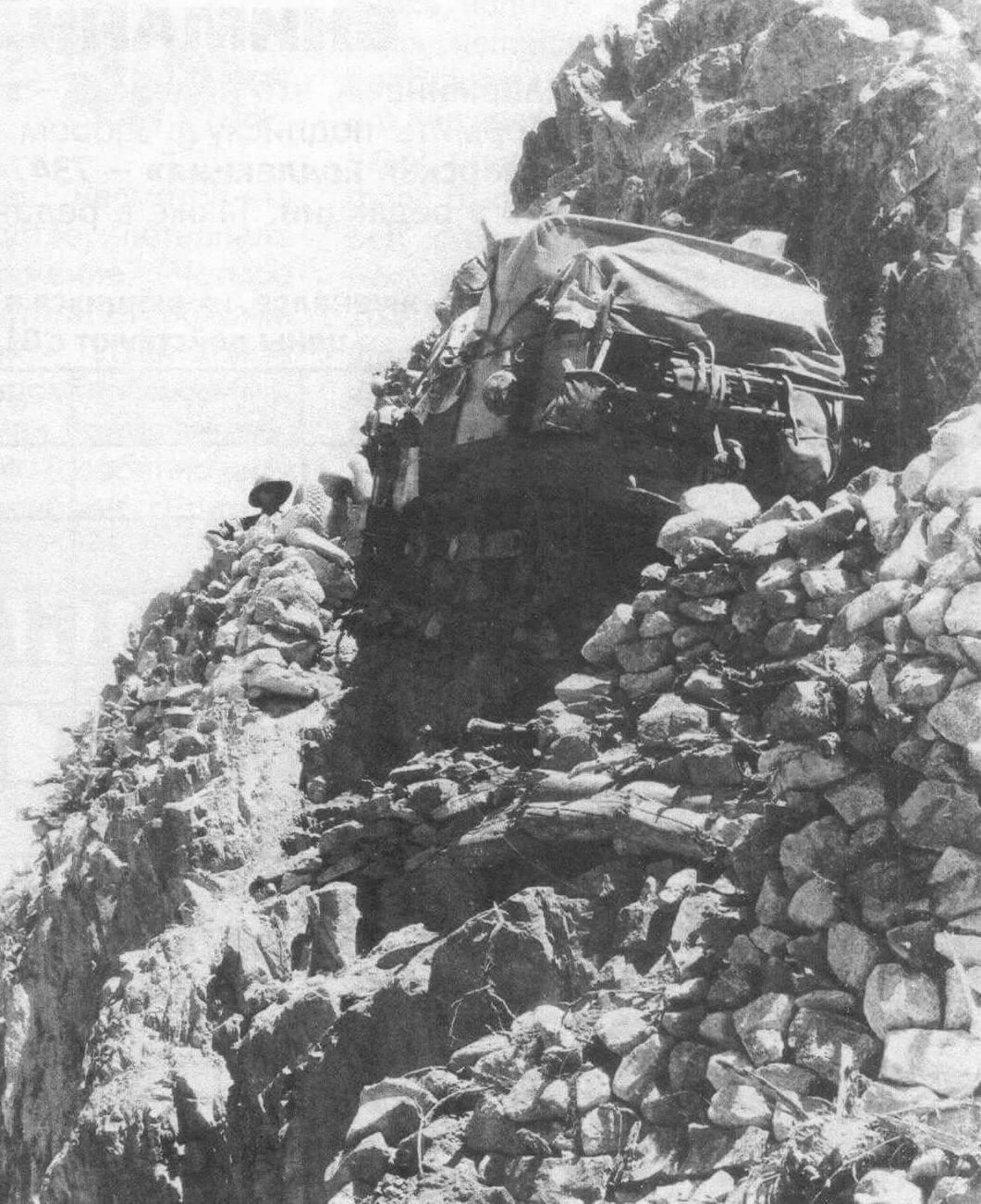 В сердце Кашмира, прямо под гусеницами карабкавшейся по горным карнизам головной машины обвалилась тропинка, и двухтонный автомобиль чудом завис над 200 метровой пропастью. Потребовалось пять часов, чтобы вызволить его из пустоты