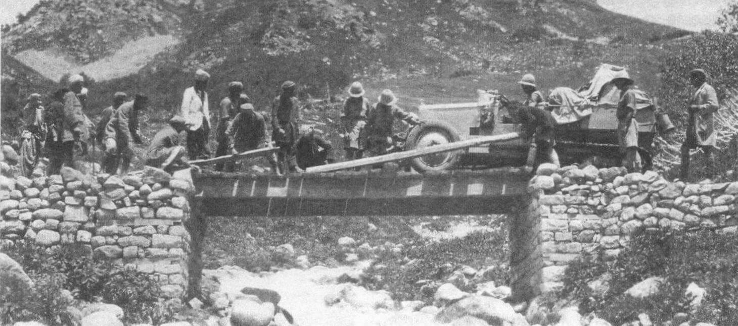 Группе «Памир» пришлось преодолеть множество ненадежных мостов. Из соображений безопасности автомобили, вес которых даже в облегченном варианте превышал тонну, при помощи тросов перетягивали на другой берег носильщики