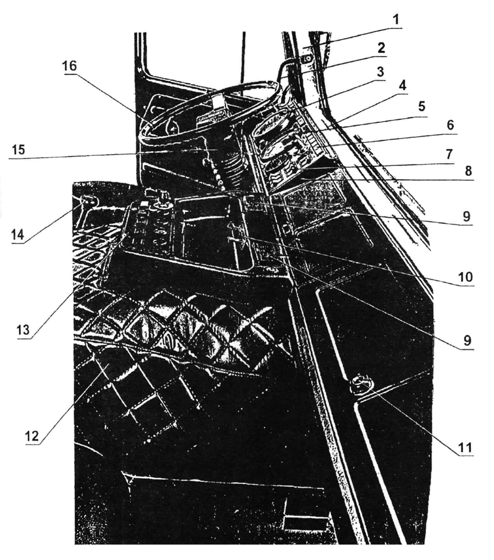 Кабина: 1 — стойка кабины; 2 — поручень; 3 — спидометр; 4 — сопло обдува лобового стекла; 5 — тахометр; 6 — блок сигнальных ламп; 7 — клавиши управления оборудованием кабины; 8 — панель приборов; 9 — пепельницы; 10 — панель управления системой вентиляции и отопления; 11 — замок ящика для перчаток; 12 — чехол термо- и звукоизоляции кожуха двигателя; 13 — панель дополнительных приборов; 14 — рычаг переключения передач; 15 — колонка рулевая; 16 — колесо рулевое.