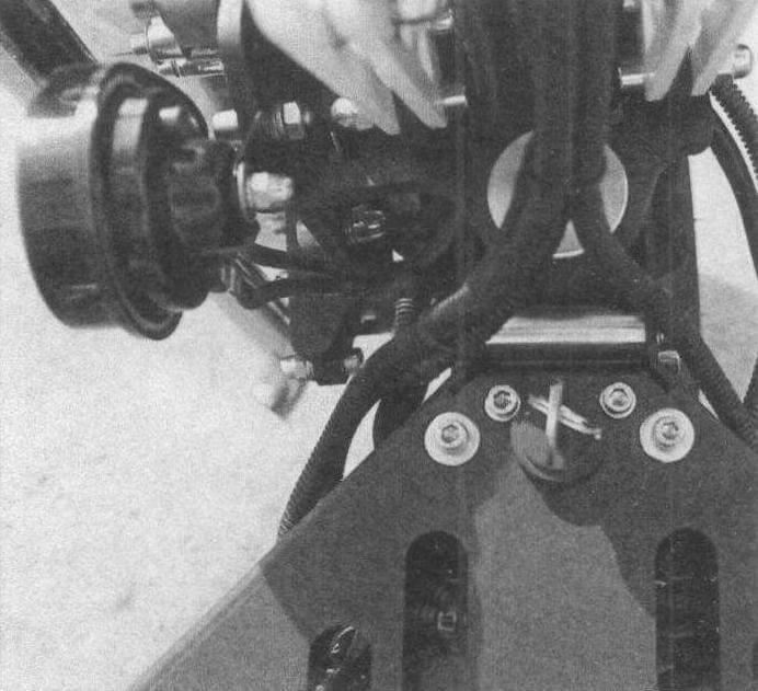 Рулевая колонка вращается на двух мощных конических подшипниках
