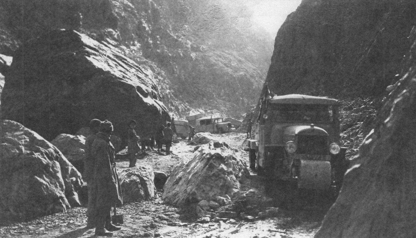 Только в конце ноября экспедиция получила разрешение покинуть Урумчи. Это случилось после того, как прибывшие из Франции по Транссибирской магистрали три автомобиля были подарены губернатору Синьцзяна