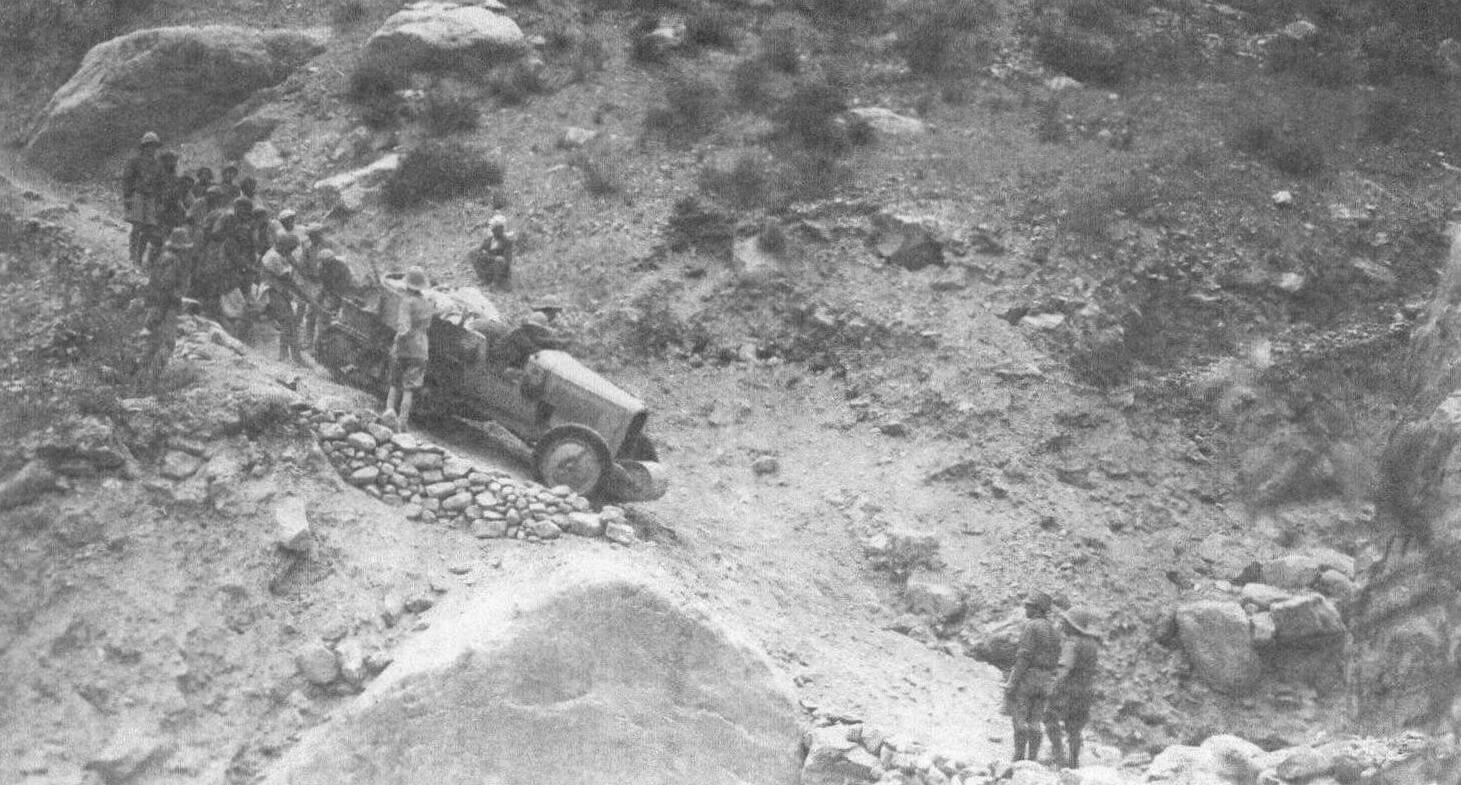 На 25-километровом испещренном осыпями склоне после Астор, где перепад высот составил полторы тысячи метров, скользящие вниз автомобили пришлось сдерживать полиспастами, страховать тросами