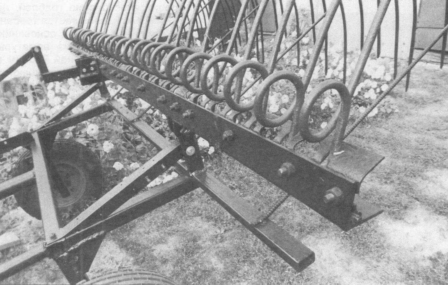 Сзади к основанию граблей приварено пять отбойников из арматуры