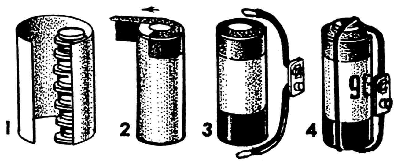 Последовательность сборки дисковых аккумуляторов в батарею: 1 — обертывание пленкой, 2 — закрепление торца полихлорвиниловой изоляционной лентой, 3 — подсоединение выводов, 4 — готовая аккумуляторная батарея.