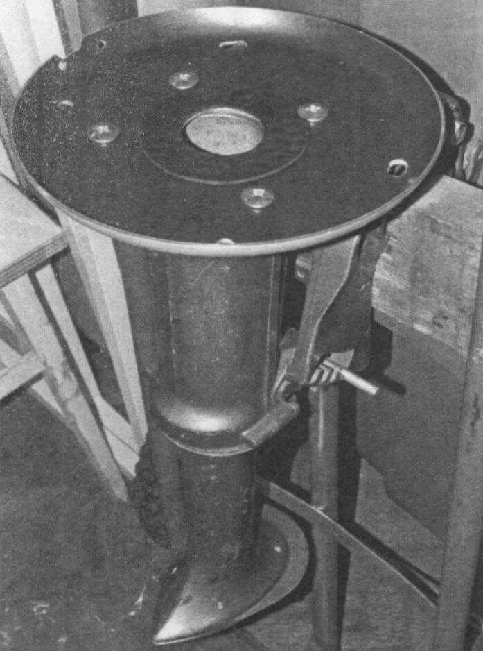 «Нога» мотора со снятым редуктором и установленной переходной плитой, сделанной из алюминиевой сковороды с тефлоновым покрытием. Слева - выемка для сливной пробки масляного картера