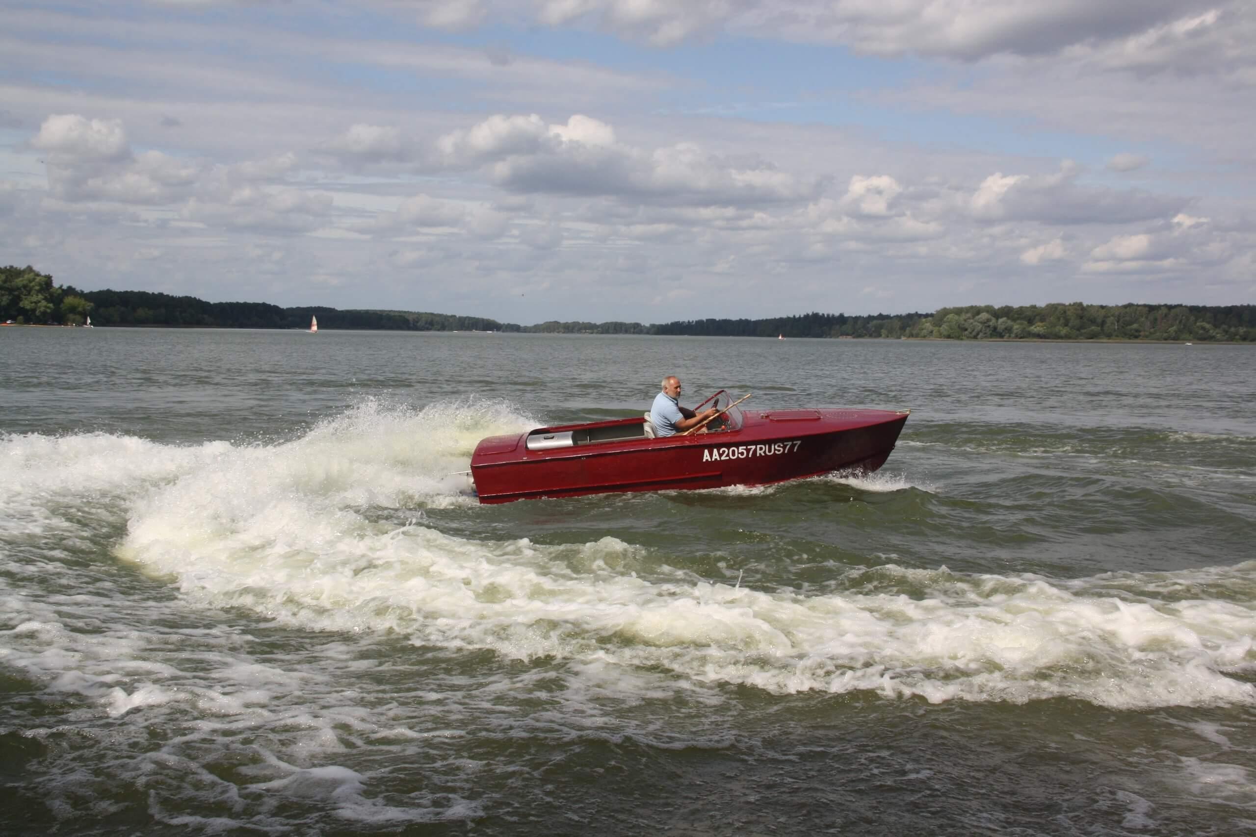 Водометный катер быстроходен, способен разворачиваться практически на месте и обладает высокой проходимостью на мелководье