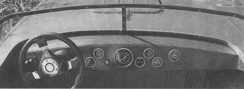 Приборная панель с контрольными приборами имеет дополнительное крепление. Рулевое колесо - автомобильное, деревянное, его вал вращается в подшипниках