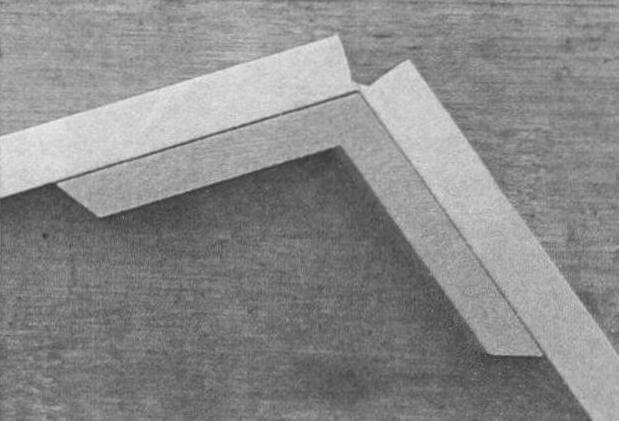 При изготовлении пятиугольных рамок удобно воспользоваться шаблоном-угольником