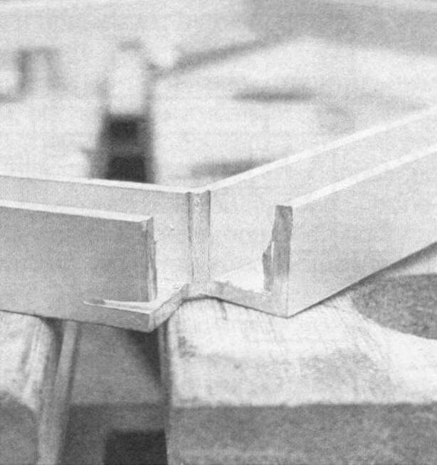 Внешнюю полку каждого из пяти каналов рамки нужно немного подпилить и загнуть край внутрь - это будет упор-ограничитель для стекла