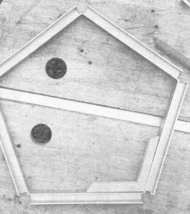 Геометрически верхняя и нижняя рамка одинаковы