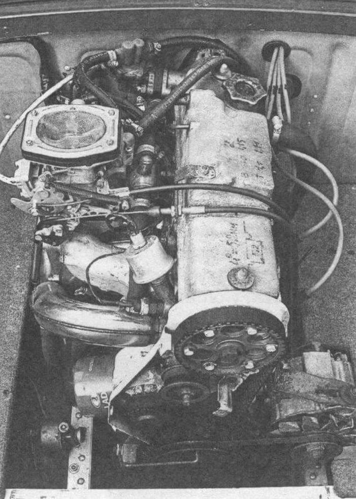 Двигатель от ВАЗ-21083 установлен между пятым и шестым шпангоутами. Хорошо видна рубашка выпускного коллектора, охлаждаемого забортной водой