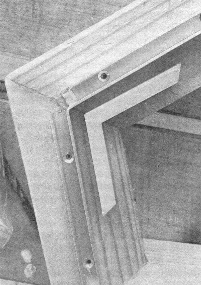 Рамка закреплена на основании короткими шурупами с потайными головками, не мешающими стеклам