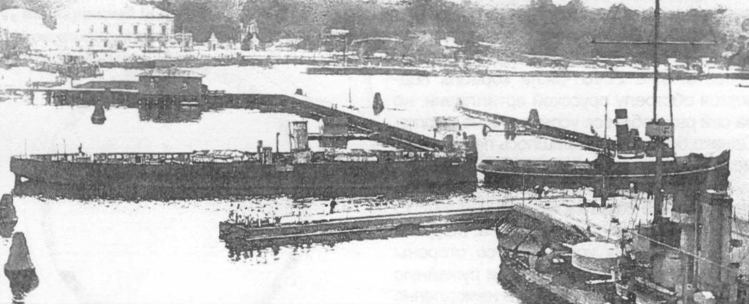 Голландский буксир уводит исключенный из состава датского флота броненосец «Рольф Краке» на разборку в Дордрехт, июль 1907 г.