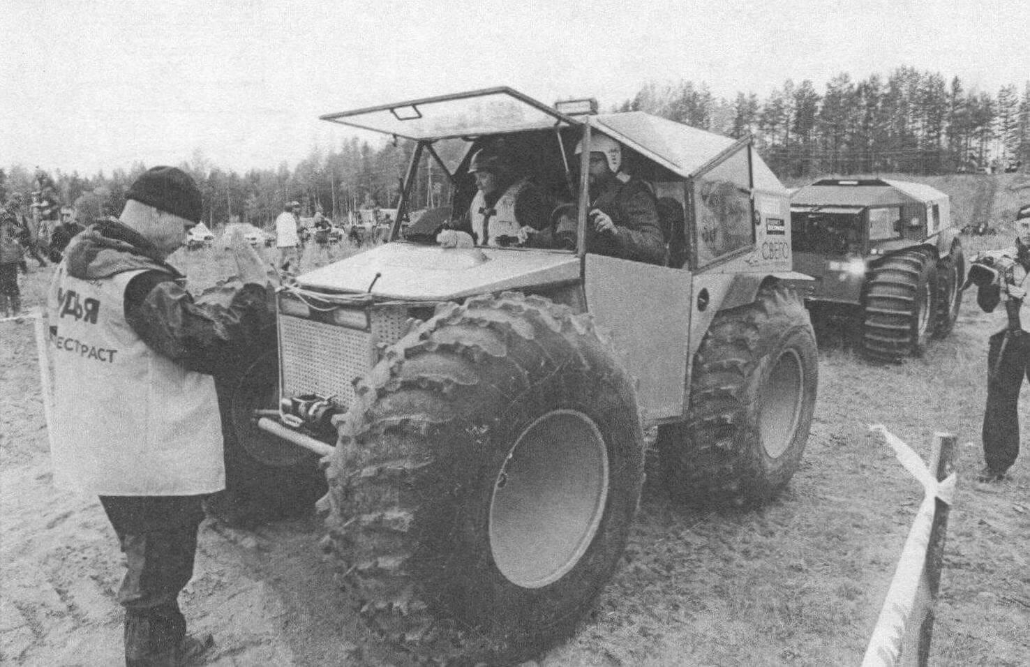 Самоделки (на переднем плане) составили достойную конкуренцию заводским машинам (сзади - небезызвестный «Шерп»)