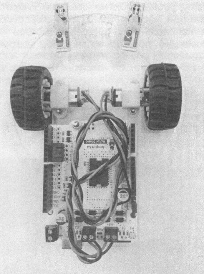 Установка платы расширения Motor Shield поверх Arduino и подключение двигателей к терминалам