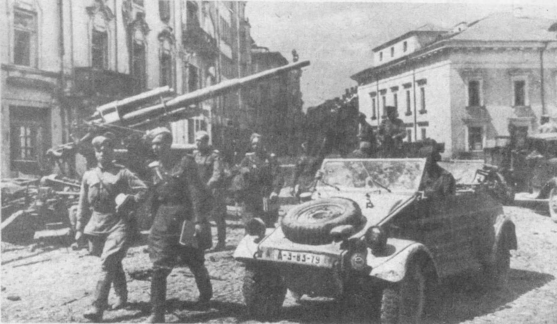Трофей Красной Армии — автомобиль «Кюбельваген» на улицах освобожденного Вильнюса. 1944 год. Фото из коллекции М. Барятинского