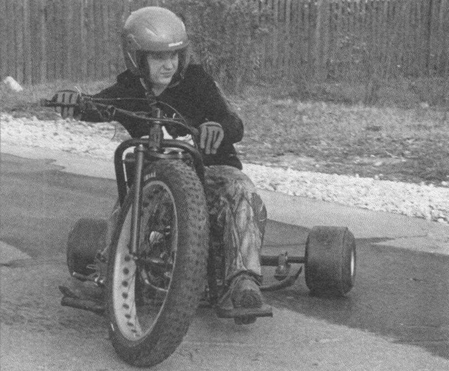 Первое, что бросается в глаза при взгляде на аппарат, - несоразмерность переднего и задних колес