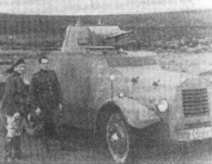 Майор Лоулесс и капитан О'Хэнлон у первого однобашенного «Лейланда» (лагерь Килворт, май 1938 года)