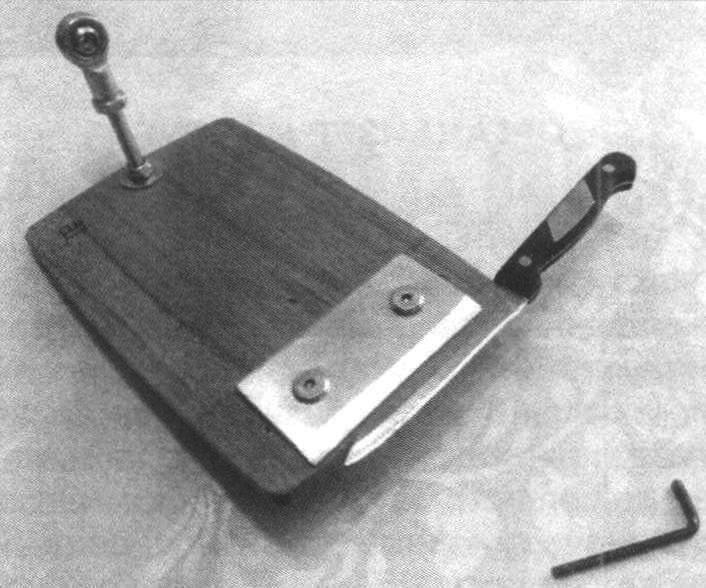Клинок прижимается к основанию планкой при помощи двух винтов под шестигранник