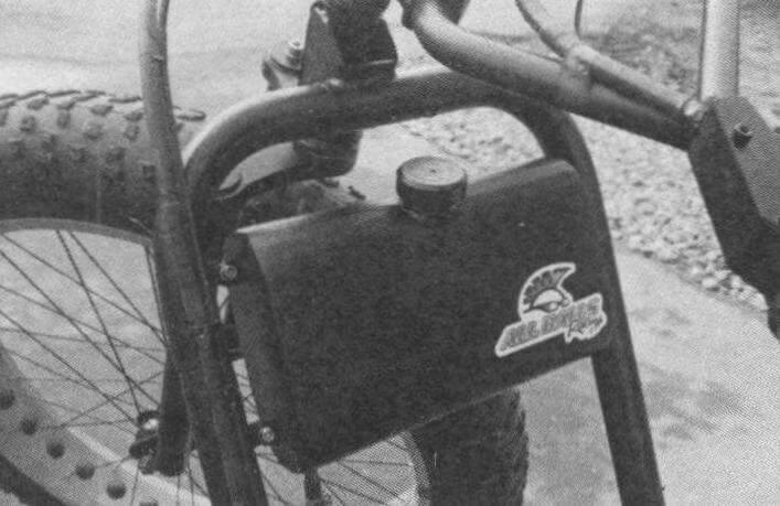 Автор постарался, чтобы трайк выглядел стильно, поэтому и топливный бак самодельный, под стать всему облику машины