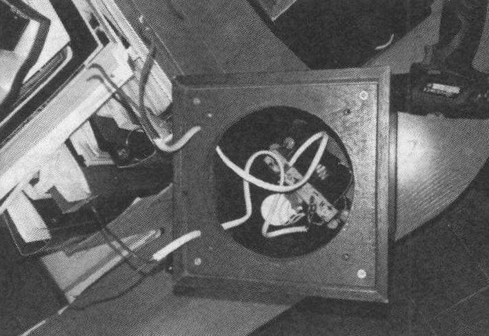 В верхней панели имеются отверстия для вывода проводов