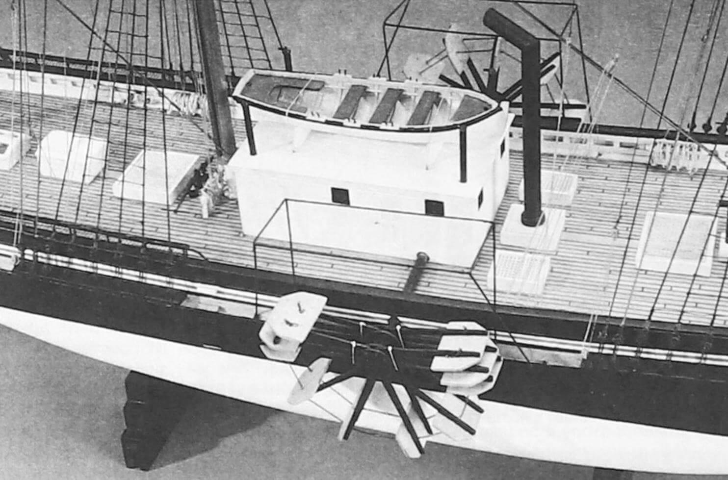 Модель «Саванны» в целом соответствует внешнему виду оригинала, хотя относительно окраски подводной части корпуса имеются вопросы (возможно, она была зеленой)