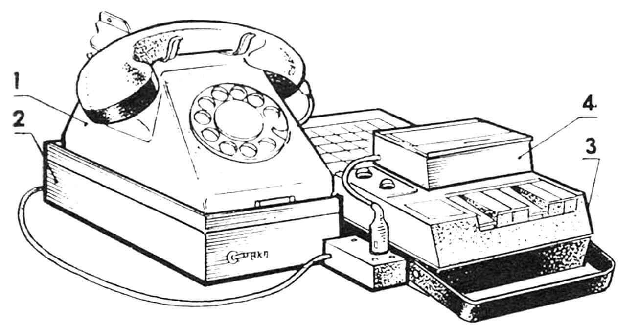 Электронный секретарь — телефонный ответчик в сборе: 1 — телефонный аппарат (ТА-68 или ТА-72), 2 — платформа-основание с электронной «начинкой», 3 — магнитофон типа «Легенды-404» доработанный, 4 — приставка для перезаписи (выполнена по публикации в № 6'83).